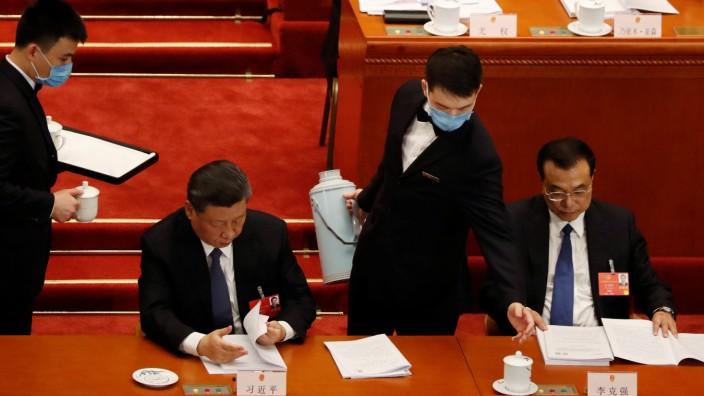 Masken sind etwas für niedrigere Ränge: Chinas oberste Führer trugen am Freitag im Gegensatz zu den anderen Teilnehmern des Volkskongresses keinen Nasen-Mund-Schutz: Präsident Xi Jinping (links) und Ministerpräsident Li Keqiang (rechts).