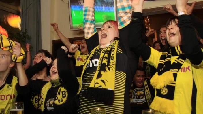 """Borussia Dortmund Fans in der Münchner """"Clemensburg"""", 2011"""