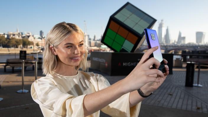 Huawei Unveil Giant AI-powered Rubik's Cube In London