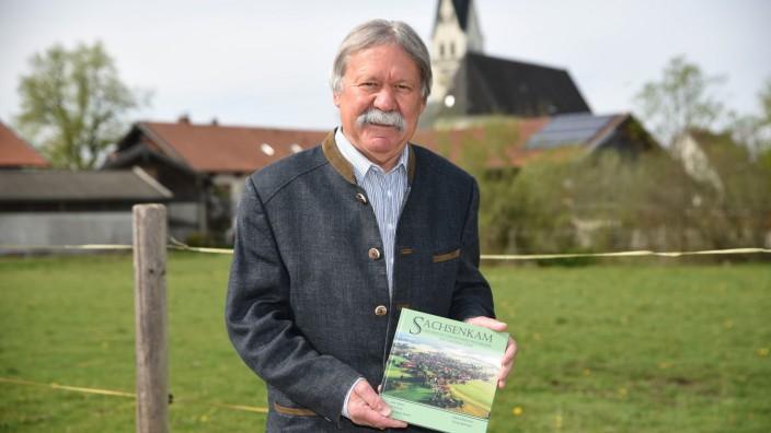 Sachsenkam entdecken: Das neue Buch über Sachsenkam sei keine klassische Chronik, sondern führe direkt hinein in das Leben des Ortes, sagt der ehemalige Bürgermeister Hans Schneil.