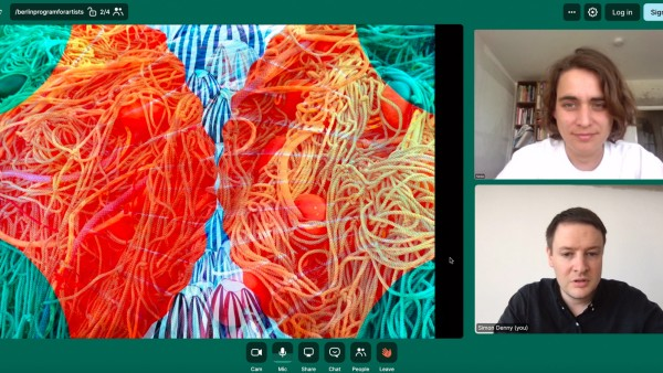 """Der Künstler und Mitbegründer des Berlin Program for Artists, Simon Denny, spricht mit der Künstlerin Nadja Abt über ihre Arbeit """"Bivalvia"""" (2020) beim virtuellen Studio Visit."""