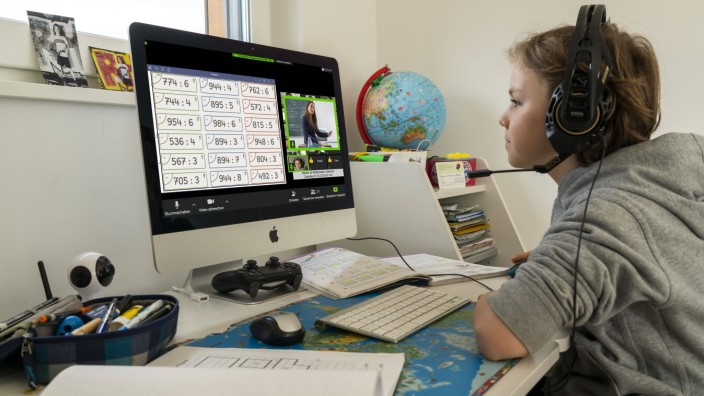 Junge, Grundschüler, beim Home learning, Schulaufgaben machen, Fernunterricht, virtueller Klassenraum, Chat mit Lehrern