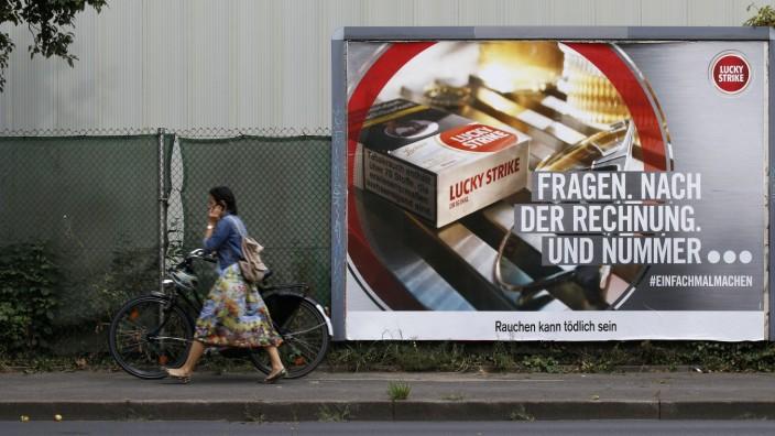 Düsseldorf,Deutschland, 01.08.2019 Werbeplakat der Zigarettenmarke Lucky Strike an der Lenaustrasse in Düsseldorf-Mörse