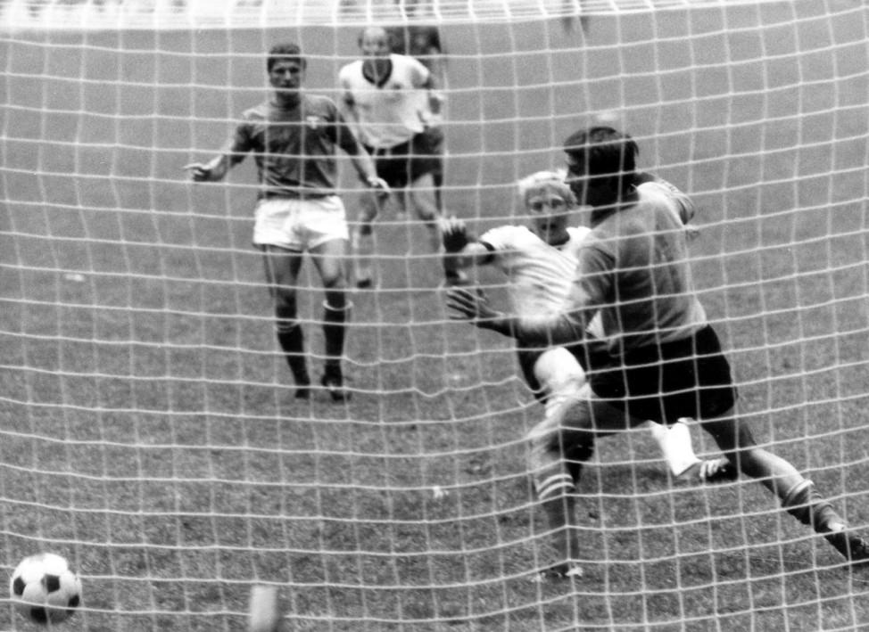 WM 1970: Karl Heinz Schnellinger (BR Deutschland) erzielt gegen Torwart Enrico Albertosi (Italien) das Tor zum 1:1; WM