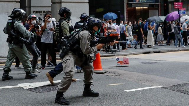 Proteste in Hongkong: Polizisten zielen auf Demonstranten