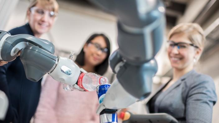 Frauenstudiengang Maschinenbau an der Hochschule Ruhr West - Prof. Dr. Alexandra Dorschu mit Studentinnen im Maschinenbau Technikum