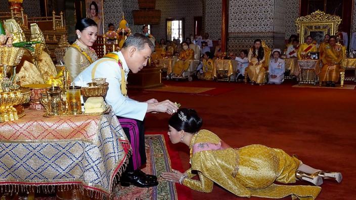 """Thailands König in Bayern: """"Eher skandalöse Vita""""?: Von Garmischs Lokalpolitikern wird König Maha Vajiralongkorn (hier bei der Krönungszeremonie mit Frau und Tochter im Jahr 2019 in Bangkok) recht unterschiedlich beurteilt."""