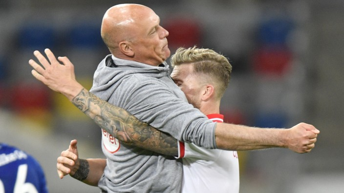 Fortuna Düsseldorf: Trainer Andre Hoffmann feiert nach dem Spiel gegen Schalke 04