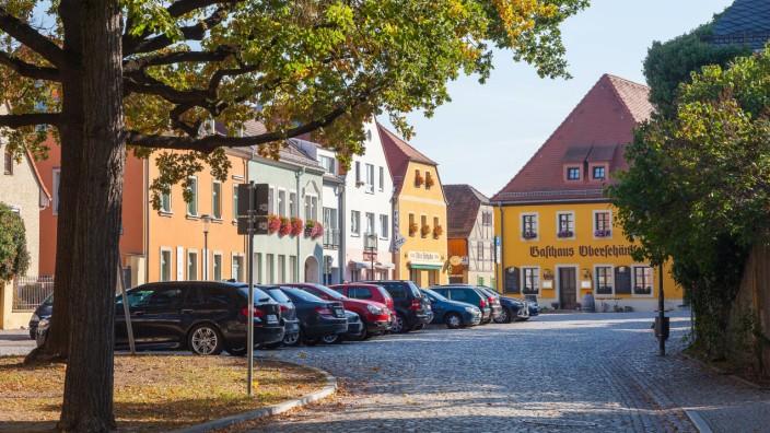 Dorfanger mit Gasthaus Oberschänke in Altkötzschenbroda Radebeul Sachsen Deutschland *** Dorfange