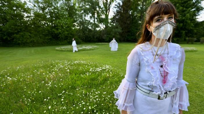 Spirit of Fassbinder Conspiracy von Anna McCarthy (im Vordergrund Paulina Nolte)
