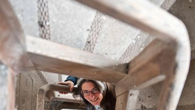 Markt Schwaben: Das Dachgeschoss steht noch leer: Barbara Kiefl würde hier Kleinkunstveranstaltungen ausrichten - falls man es ihr genehmigt.