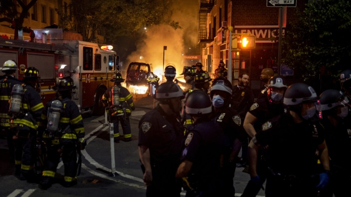 USA: Am Union Square in New York brennt ein Auto.