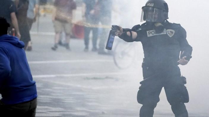 Proteste in den USA: Ein Polizist sprüht Pfefferspray in Richtung eines Demonstranten im amerikanischen Madison (Wisconsin).