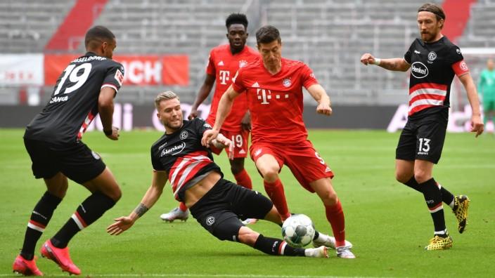 FC BAYERN MUENCHEN-FORTUNA DUESSELDORF, 30.05.2020 Robert LEWANDOWSKI (M) im Zweikampf gegen Andre HOFFMANN (D) Fussball; Lewandowski