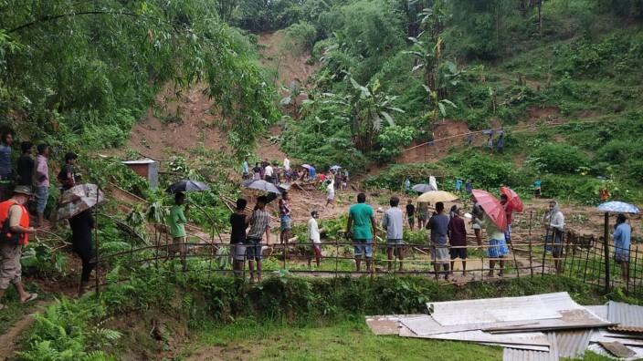 Indien: Menschen im indischen Bundesstaat Assam, wo eine der Schlammlawinen abgegangen ist
