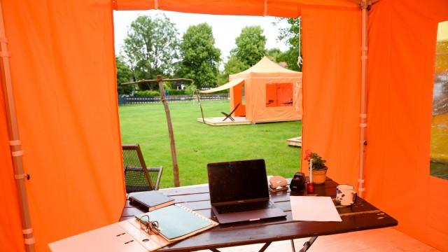 """Corona-Krise in Wolfratshausen: Tisch, Stuhl, Aussicht: Die """"Camp-Offices"""" sind eher spartanisch eingerichtet, haben aber Stromanschluss und W-Lan."""
