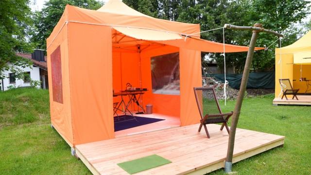 Corona-Krise in Wolfratshausen: Arbeit und Urlaub: Vor jedem zelt gibt es eine Lärchenholzterrasse mit Liegestuhl, auf der man seine Pausen genießen kann.