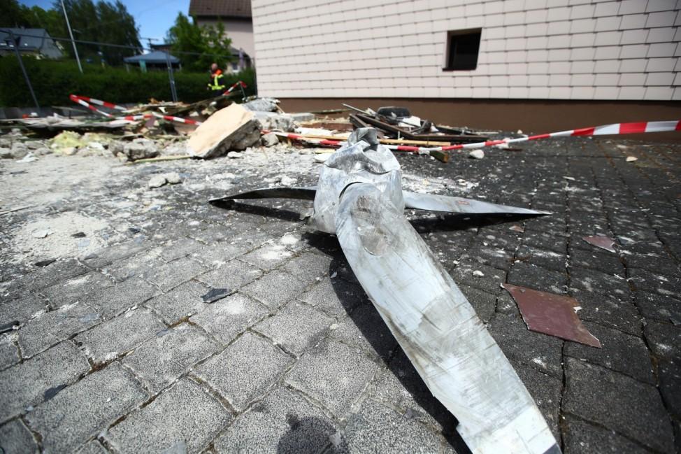 Langenhahn Absturz Kleinflugzeug in Langenhahn Der Propeller des abgestuerzten Kleinflugzeuges liegt im Hof des zerstoer