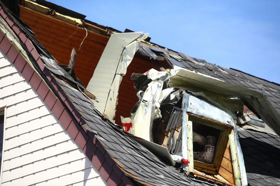 Langenhahn Absturz Kleinflugzeug in Langenhahn Der zerstoerte Dachstuhl des Hauses Ein Kleinflugzeug ist in Langenhahn i