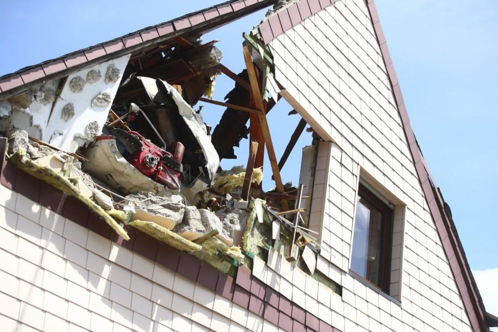 Langenhahn Absturz Kleinflugzeug in Langenhahn Der zerstoerte Dachstuhl des Hauses Ein Kleinflugzeug ist in Langenhahn