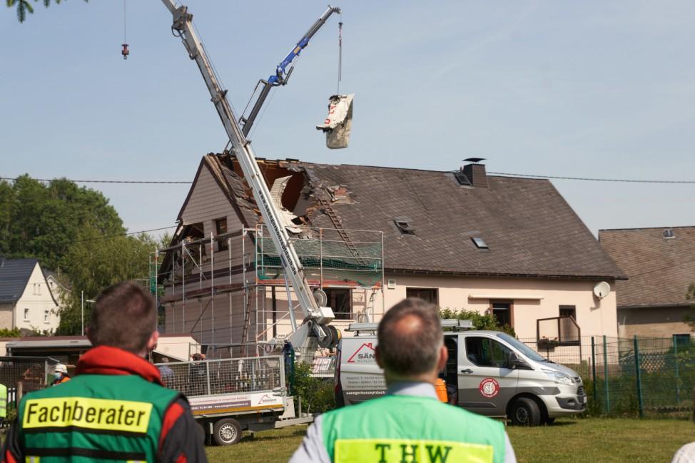 Flugzeug in Wohnhaus gestürzt - Bergungsarbeiten