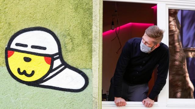 Dortmund, 26.05.2020: Maskenwürmchen. Seit Ausbruch der Corona-Krise im März 2020 sind kleine Coronaviren-Graffitis mit