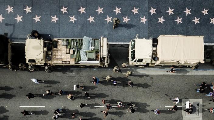 Proteste in den USA: Die Nationalgarde hat sich parallel zu den Demonstranten am Hollywood Boulevard in Los Angeles aufgereiht.