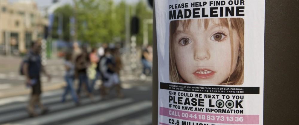 Vermisst - Plakat bittet - Please help find our Madeleine - an einer Litfaßsäule in Amsterdam ibljcn00294228