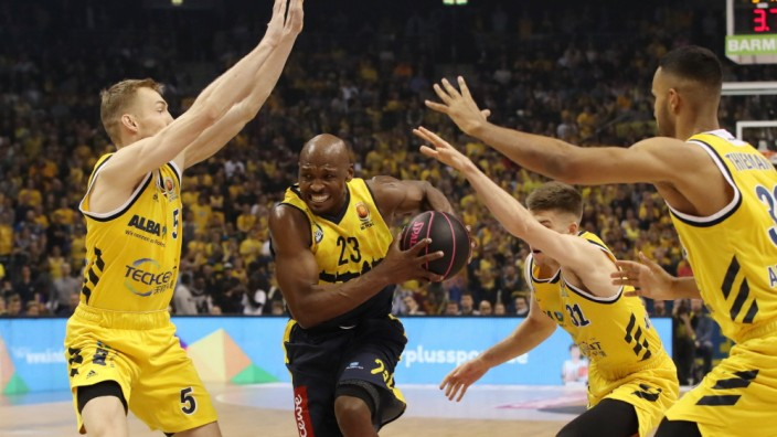 Niels Giffey, Rickey Paulding, Rokas Giedraitis, Johannes Thiemann / Aktion / Spielszene / Zweikampf / / Basketball / B