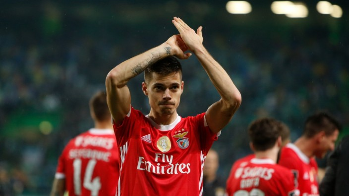 SL Benfica Midfielder Julian Weigl celebrates after winning the Liga Nos match between Sporting CP and SL Benfica at Est