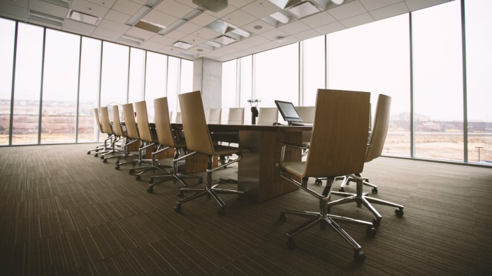 """Arbeit: Konferenzräume – werden die noch gebraucht? Ja, sagen einige, als """"Ort der Begegnung"""", ebenso wie Kaffeeküchen und Kantinen."""