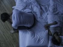 Man unable to sleep while wife sleeps comfortably unaware PUBLICATIONxINxGERxSUIxAUTxONLY Copyright: FrédéricxCirou B81