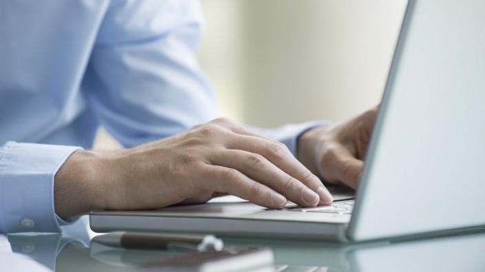 Man using laptop computer PUBLICATIONxINxGERxSUIxAUTxONLY Copyright: EricxAudras B52171023