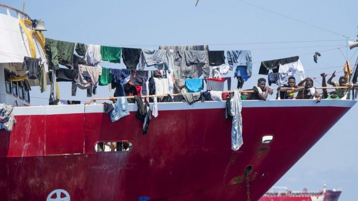 Migranten: Gerettet, und jetzt? Migranten harren vor Malta auf Booten aus.