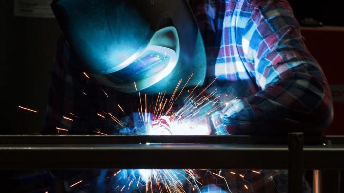 Industrie in Deutschland: Ein Schweißer bei der Arbeit