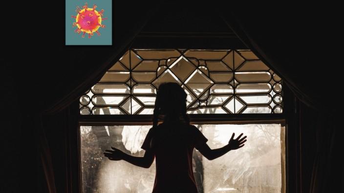 Profile of Little Girl Standing at Lead Paned Window at Sunset United States, North Dakota, Bismarck PUBLICATIONxINxGERx