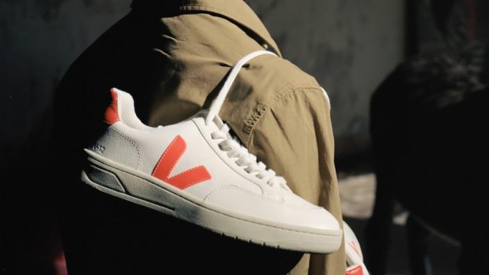 Veja-Sneaker: Das V reicht als Wiedererkennungsmerkmal. Werbung schaltet die Firma Veja nämlich grundsätzlich nicht.