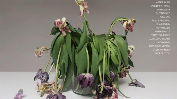 """Kunst & Kunstmarkt: Für das Titelblatt des Magazins """"Artforum"""" hat die Künstlerin Tosh Basco einen Blumenstrauß mit der Kamera festgehalten, während sie in ihrem Studio im Lockdown festsaß."""
