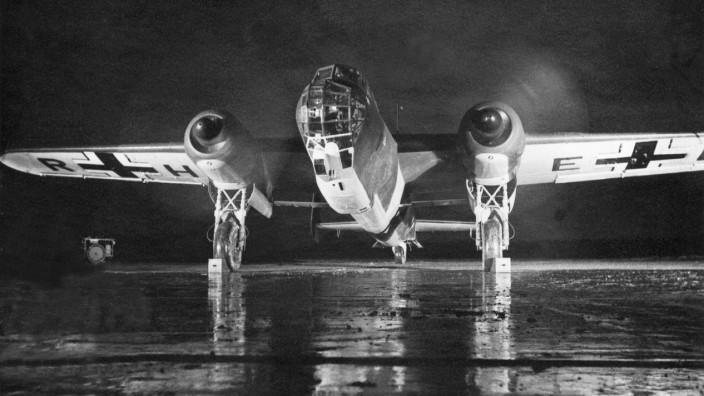 Deutscher Bomber Dornier Do 217 am Start zum Feindflug, 1942