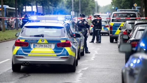 Auto fährt in München an der Ungererstraße  in eine Menschengruppe