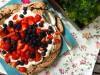 Foodblog 'Lecker auf Rezept' zu Schoko-Pavlova mit Beeren; Das Rezept: Schokoladen-Pavlova - Baiser-Torte mit Sahne und Beeren von Maria Sprenger