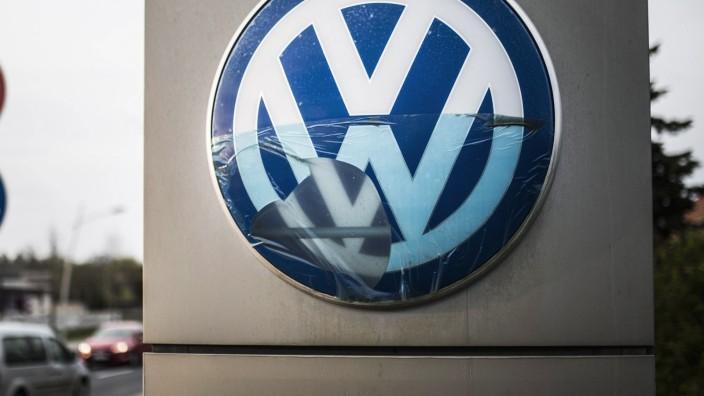 Ein kaputtes Logo von Volkswagen VW aufgenommen in Niesky 14 04 2019 Niesky Deutschland *** A b