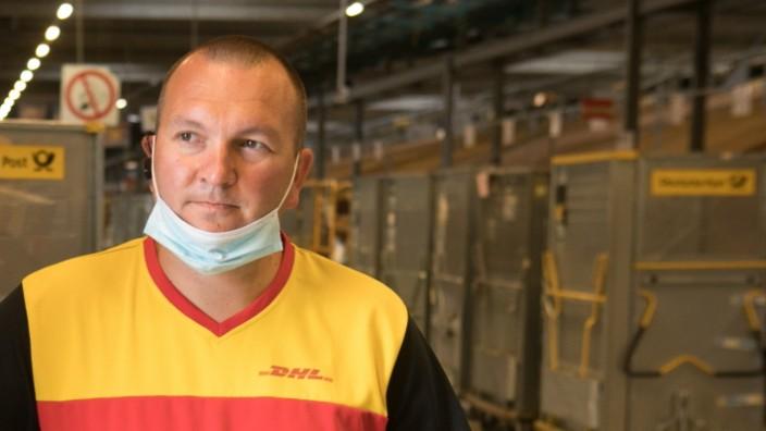 Unterwegs mit Paketbote Christian Küspert. Start: DHL Paketzentrum Aschheim