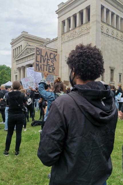 Rassismus: An der Münchner Demo gegen Rassismus und Polizeigewalt am Königsplatz hat auch Benjamin Adjei teilgenommen.