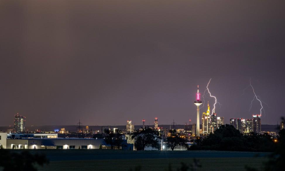 Gewitter in Hessen 13.06.2020, Oberursel (Hessen): Blitze eines Gewitters sind am späten Abend am Himmel über der Frank