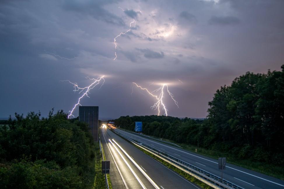 Gewitter in Hessen 13.06.2020, Oberursel (Hessen): Blitze eines Gewitters sind am späten Abend am Himmel über der Autob