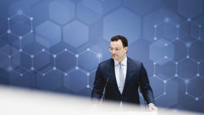 Bundesgesundheitsminister Jens Spahn (CDU) spricht auf einer Pressekonferenz im Rahmen seines Besuchs bei dem Biotech-Ko