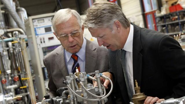 Dr.-Ing. Joachim Alfred Wünning (l.) und Dr.-Ing. Joachim Georg Wünning in ihrer Firma WS Wärmeprozesstechnik. Beide erhielten den Bundesumweltpreis 2011.
