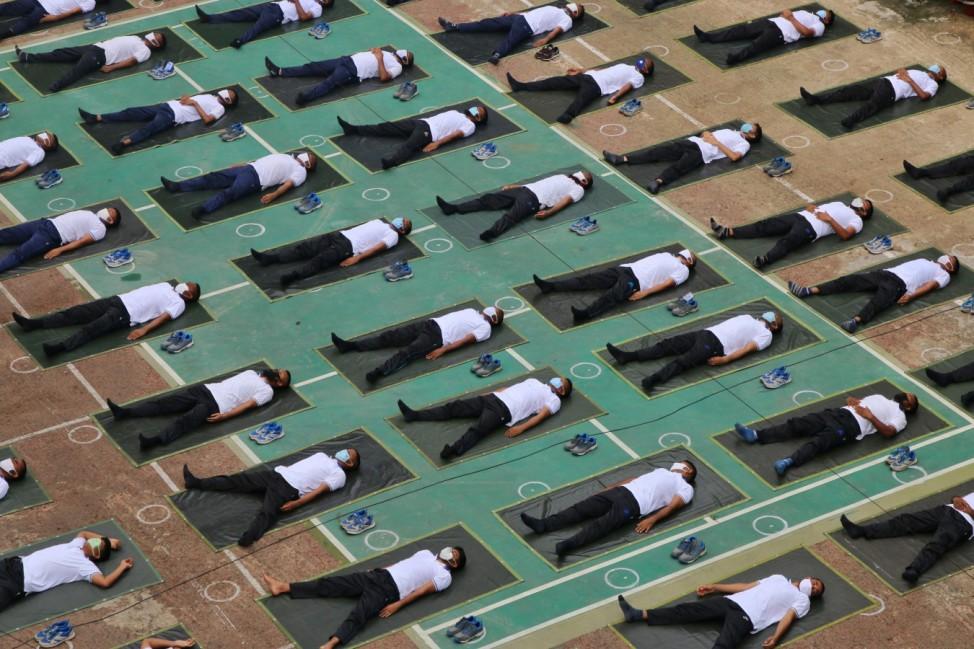 Yogastunde für Polizeibeamten in Bangladesch