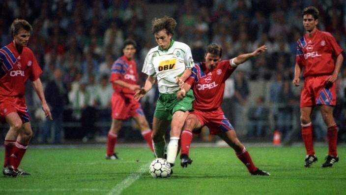 Andreas Herzog SV Werder Bremen gegen Olaf Thon daneben Thomas Helmer und Oliver Kreuzer alle FC